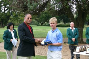 Scott Vincent (ZIM) winner of the individual competition receives his trophy for Alfred Dunn, President of the African Golf Federation